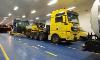 Cuxhavener Elbfähre verkürzt Schwertransport