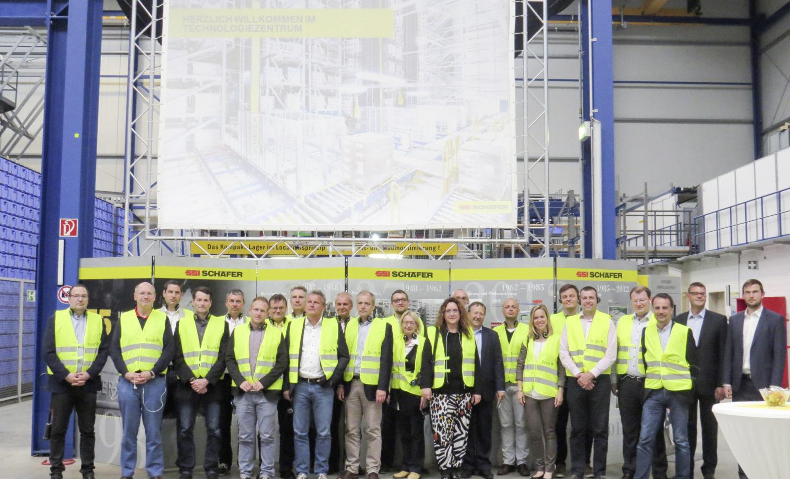 SSI Schäfer begrüßt die 1000. Besuchergruppe im Technologiezentrum