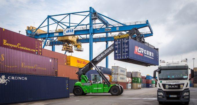 DIT macht Containerumschlag nachhaltiger: Erster Konecranes Hybrid Reach Stacker in Betrieb genommen