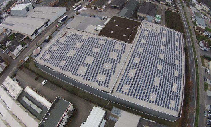 Pharma-Packing mit grünem Strom. Erdt-Gruppe nutzt Ertrag der Photovoltaikanlage zum Kühlen.