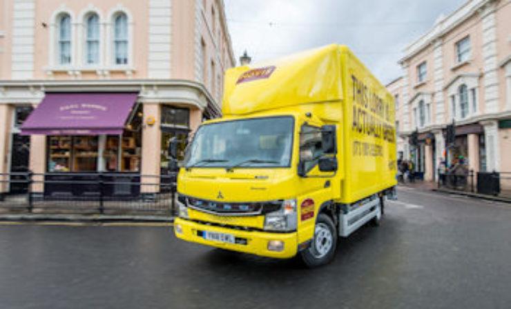 Daimler übergibt erste FUSO eCanter Lkw an Kunden in Großbritannien