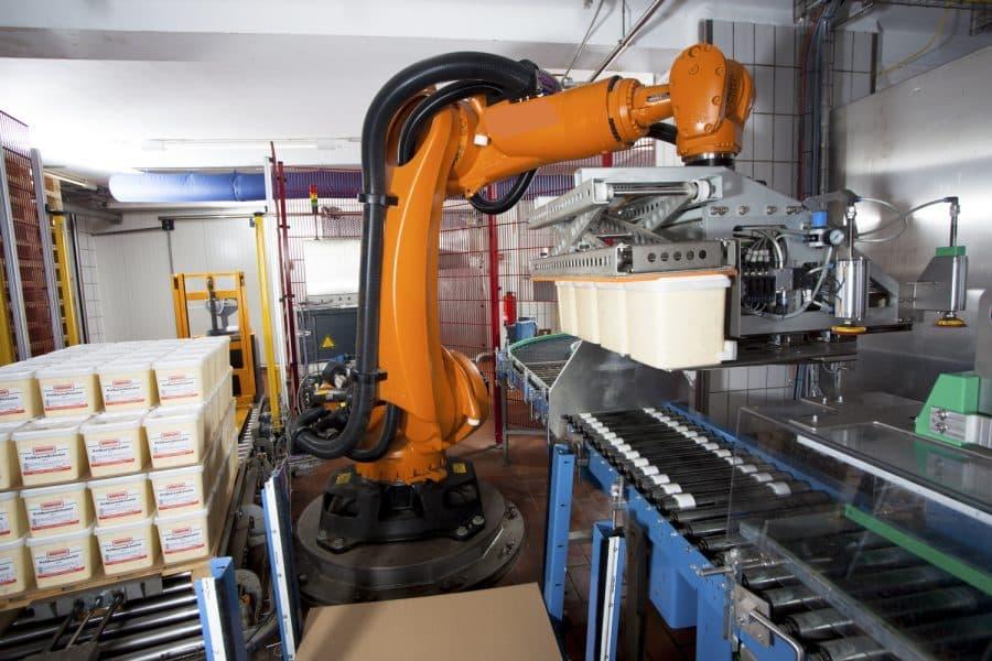 Roboter-Lagen-Palettierer für punktgenaues Greifen und Stapeln bei niedersächsischem Feinkosthersteller