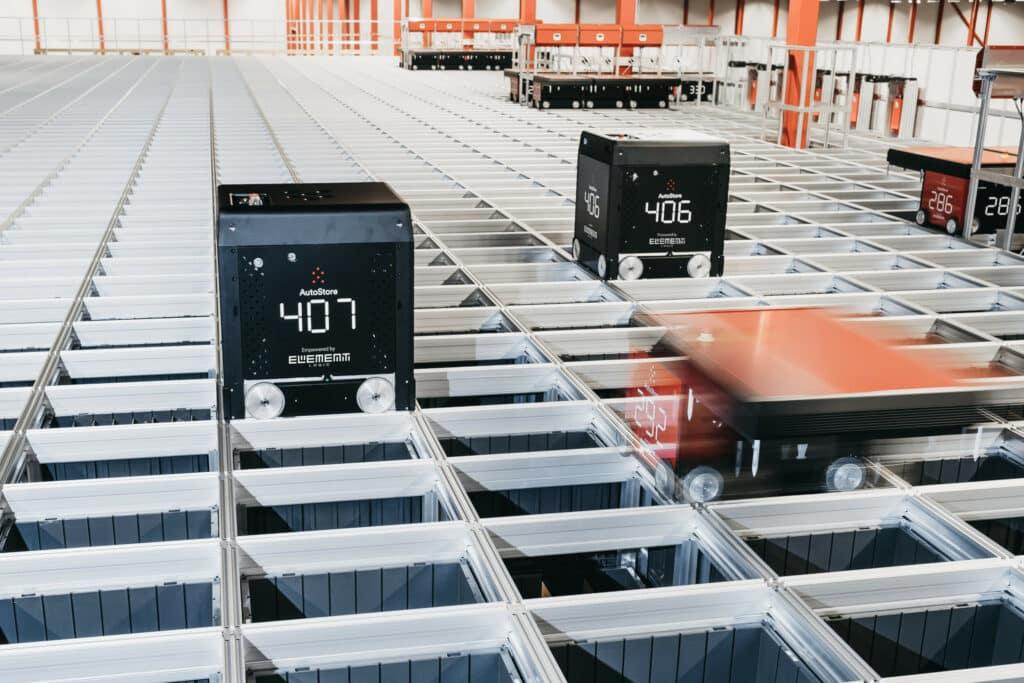 AutoStore Red Line und Black Line Roboter fahren auf Grid