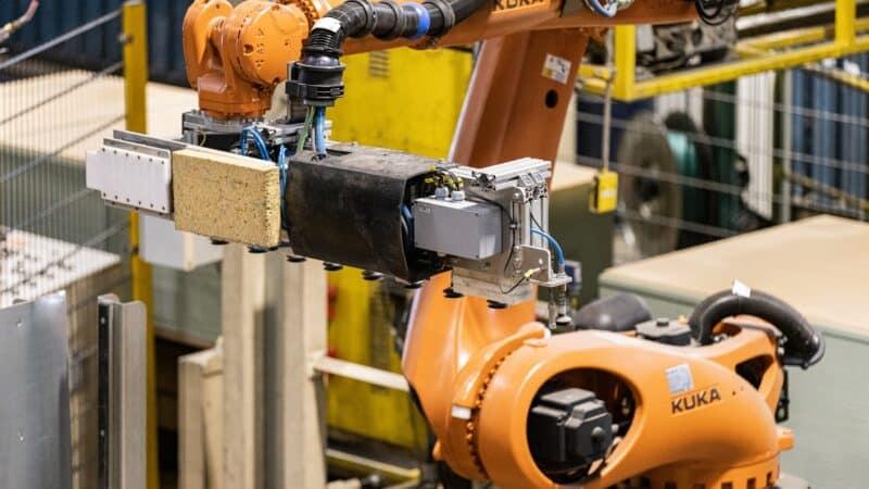 Vollautomatisierte Palettenkennzeichnung: Holzwerkstoffhersteller Sonae Arauco lässt Roboter etikettieren